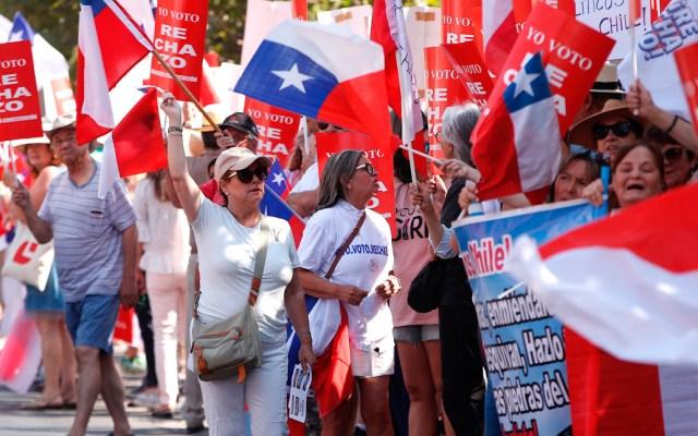 Chile descarta prohibir protestas para prevenir contagios de coronavirus - Miles de personas marchan en Chile por rechazo a nueva Constitución