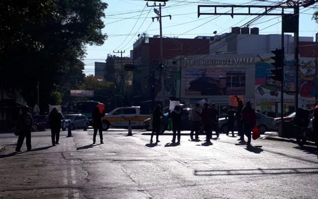 Padres de familia cierran calle en la Del Valle para exigir expulsión de alumno - Padres de familia cierran calle en la Del Valle para exigir la expulsión de un alumnoPadres de familia cierran calle en la Del Valle para exigir la expulsión de un alumno