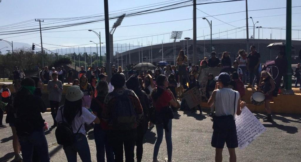 Estudiantes del CCH Sur y CCH Oriente bloquean Insurgentes Sur a la altura de CU - Con porras y pancartas decenas de estudiantes llegaron alrededor de las 15:30 h de este jueves al avenida Insurgentes Sur y la bloquearon