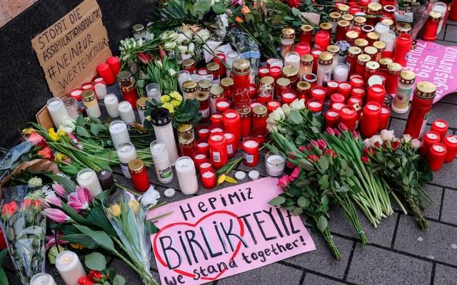 Rinden homenaje a víctimas de tiroteos en Alemania - Decenas de personas rindieron homenaje a las nueve víctimas de dos tiroteos en igual número de bares, en Hanau, Alemania. Foto de EFE