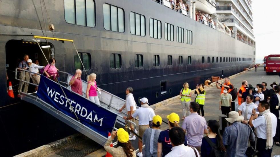 Pasajeros de crucero desembarcan en Camboya tras sospecha de Covid-19 - Desembarque del crucero Westerdam en Camboya. Foto de @USEmbPhnomPenh