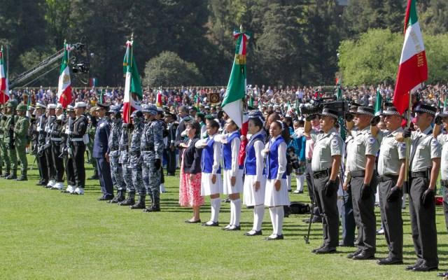 Al menos 30 niños sufrieron insolación en ceremonia del Día de la Bandera - Ceremonia conmemorativa por el Día de la Bandera en Campo Marte. Foto de Notimex- Romina Solis