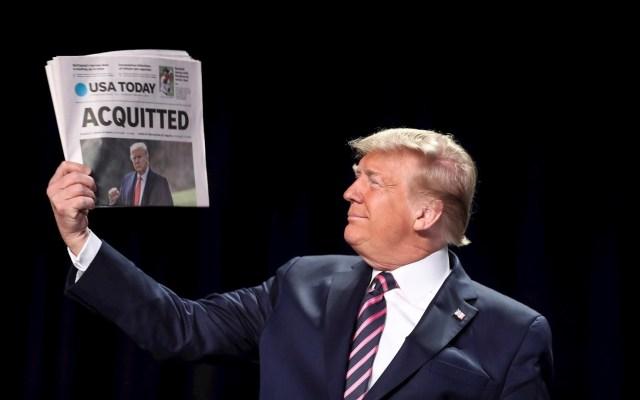 """Proceso de juicio político, """"terrible calvario"""" que dañó a EE.UU.: Donald Trump - El presidente de los Estados Unidos, Donald J. Trump, tiene una copia del periódico USA Today con su absolución de juicio político, cuando llega al 68º Desayuno Anual de Oración Nacional en Washington, DC, EE. UU. Foto de EFE/ EPA/Oliver Contreras."""