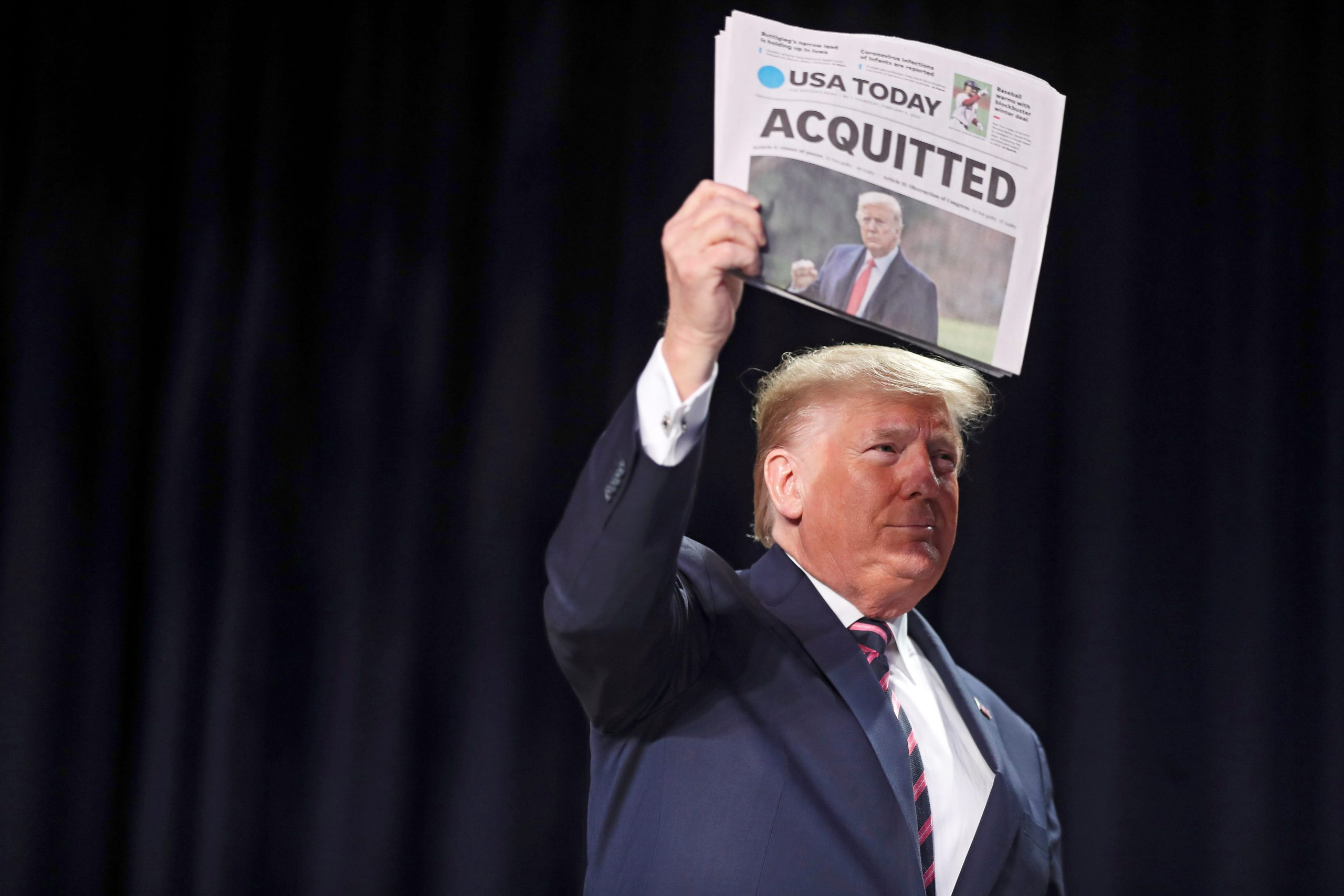El presidente de los Estados Unidos, Donald J. Trump, tiene una copia del periódico USA Today con su absolución de juicio político, cuando llega al 68º Desayuno Anual de Oración Nacional en Washington, DC, EE. UU. Foto de EFE/ EPA/Oliver Contreras.