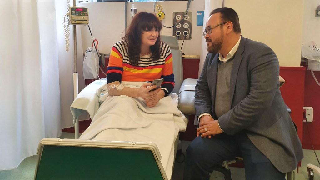 El tenor Javier Camarena visita a pacientes de hospital en España - El tenor Javier Camarena visita a pacientes de hospital español