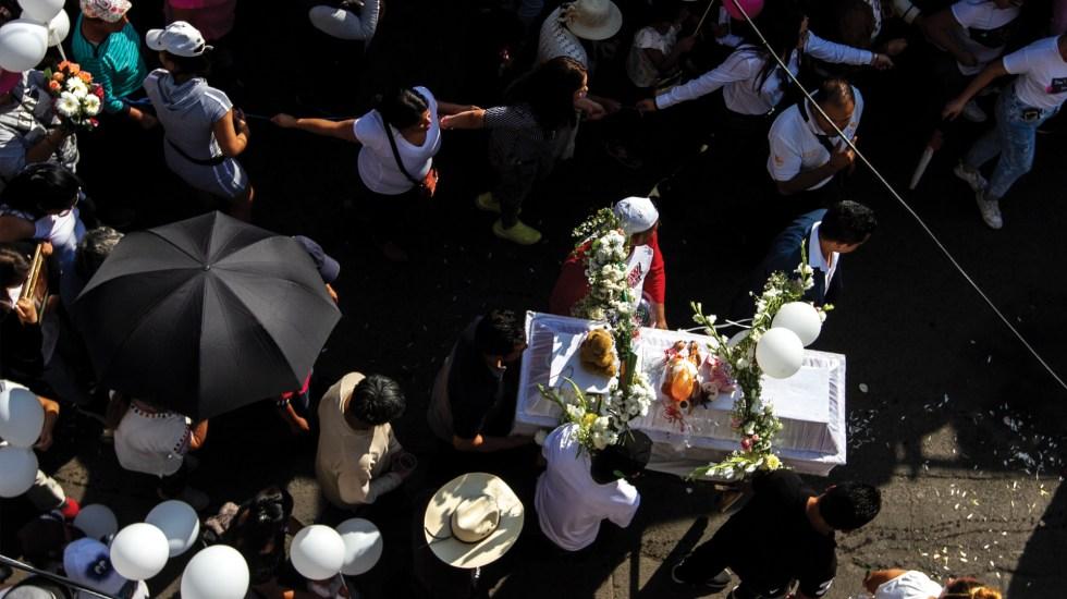 Captura de presuntos homicidas de Fátima fue por investigación policiaca y no por ayuda ciudadana, dice FGJ - Cortejo fúnebre de la niña Fátima. Foto de Notimex