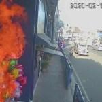 #Video Jóvenes prenden fuego a vendedor de globos en Filipinas
