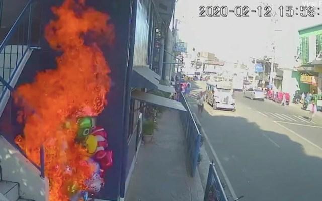 #Video Jóvenes prenden fuego a vendedor de globos en Filipinas - Filipinas vendedor globos ataque