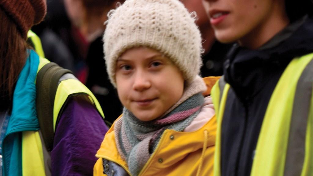 """""""No me quedaré en silencio mientras el mundo arde"""": Greta Thunberg - La activista sueca por el cambio climático Greta Thunberg (C) marcha con colegas activistas en Bristol, Gran Bretaña. Foto de EFE"""