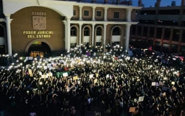 Marcha de mujeres en Sonora termina en conato de incendio en Tribunal - Foto de @lavozdelpitic