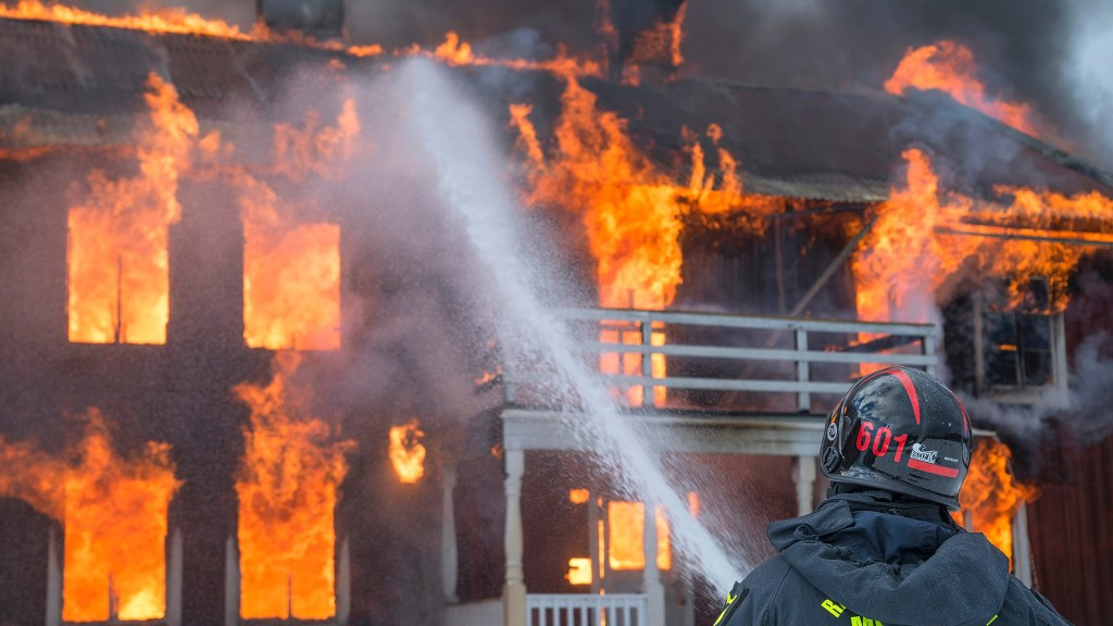 Niño de 5 años salva a su familia de incendio que consumió su casa - Incendio de casa en Suecia. Foto de Daniel Tausis / Unsplash