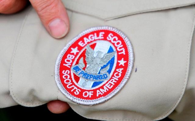 Abogados contra Boy Scouts temen que agresores sexuales aún trabajen con menores - Insignia de los Boy Scouts of America en uniforme. Foto de EFE
