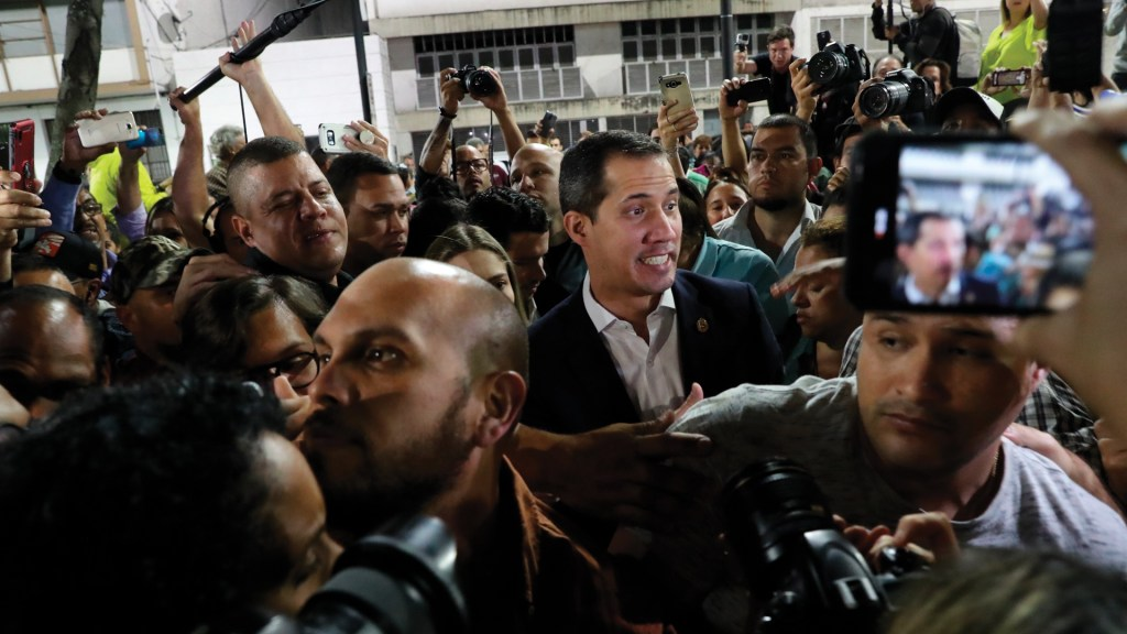 #Video Chavistas reciben con empujones y golpes a Guaidó en Caracas - Foto de EFE