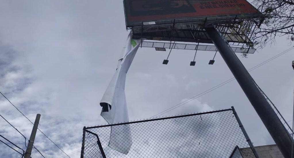 Vuelven a activar Alerta Amarilla en CDMX por vientos fuertes - Lona de espectacular desprendida por el viento en Avenida Periférico Sur. Foto de @Bomberos_CDMX