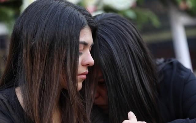 Gobierno eliminó o redujo presupuesto a 20 programas de apoyo a la mujer - Mujeres en altar a víctimas de feminicidio en el Ángel de la Independencia. Foto de EFE