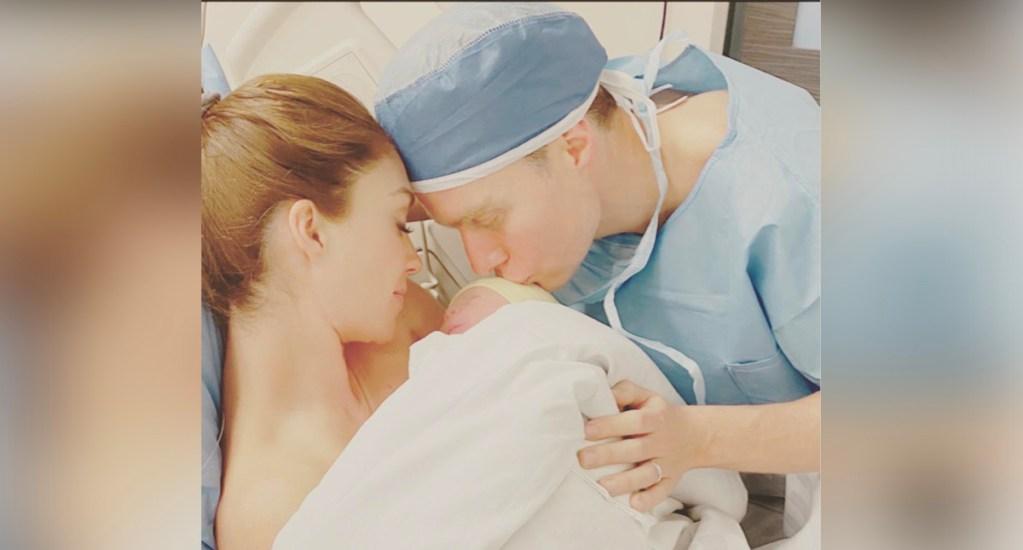 Nace el segundo hijo de Anahí y Manuel Velasco - Anahí compartió una fotografía sosteniendo al recién nacido, de nombre Emiliano, quien nació a las 23:37 h del domingo 2 de febrero