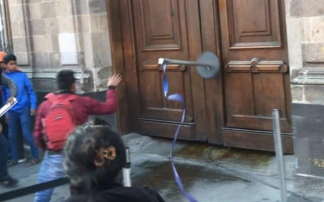 """#VIDEO Normalistas intentan dar """"portazo"""" en Palacio Nacional y los gasean - Foto de Foro TV"""