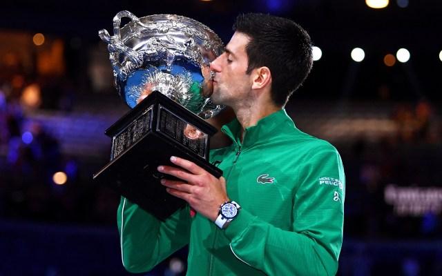 Novak Djokovic gana por octava vez el Abierto de Australia - Novak Djokovic besa su octava copa del Abierto de Australia. Foto de EFE