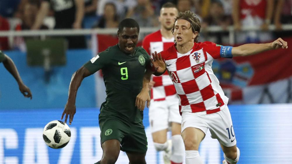 Jugador del Manchester United entrena al margen por riesgo de Covid-19 - Odion Ighalo (I), disputa un balón con Luka Modric en el Mundial de Rusia 2018. Foto de Mexsport