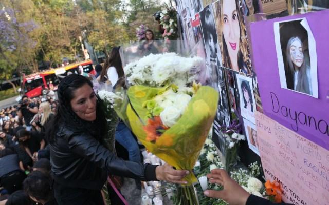 Colocan ofrendas en Ángel de la Independencia por feminicidios - Foto de EFE