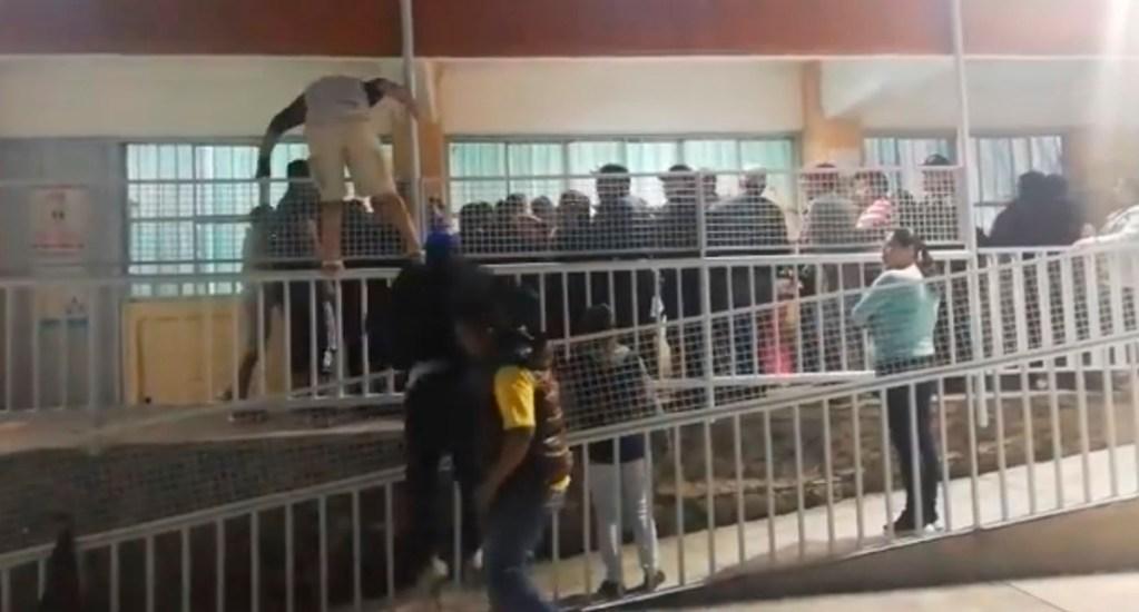 #Video Intentan linchar a directora y conserje de primaria en la Álvaro Obregón - Padres de familia en primaria de Álvaro Obregón para linchar a directora y conserje. Captura de pantalla