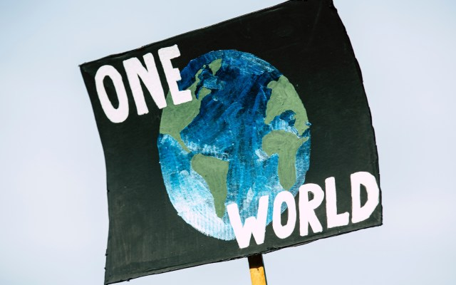 ONU alerta que crisis climática sería el mayor obstáculo para la paz mundial - Pancarta a favor del clima