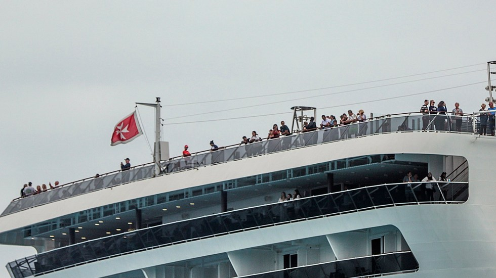 Desembarcan pasajeros del crucero Meraviglia tras descartarse COVID-19 - Pasajeros del crucero Meraviglia en espera de desemarcar en Cozumel