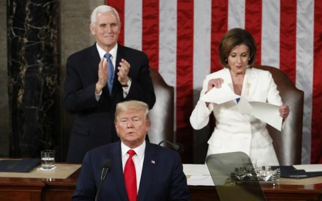 #Video Tensión en Washington. Trump niega saludo a Pelosi; ella rompe la copia del mensaje del presidente - Foto de EFE