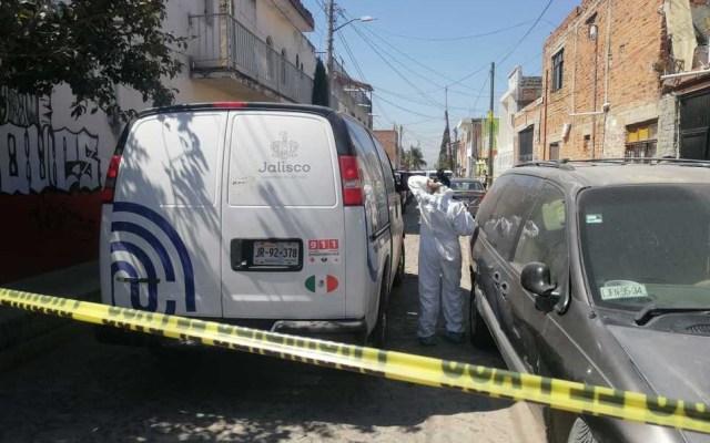 Hombre asesina a su esposa y se suicida en Jalisco - Peritos forenses de Jalisco afuera del domicilio en el que hombre asesinó a su esposa y se suicidó. Foto de Milenio
