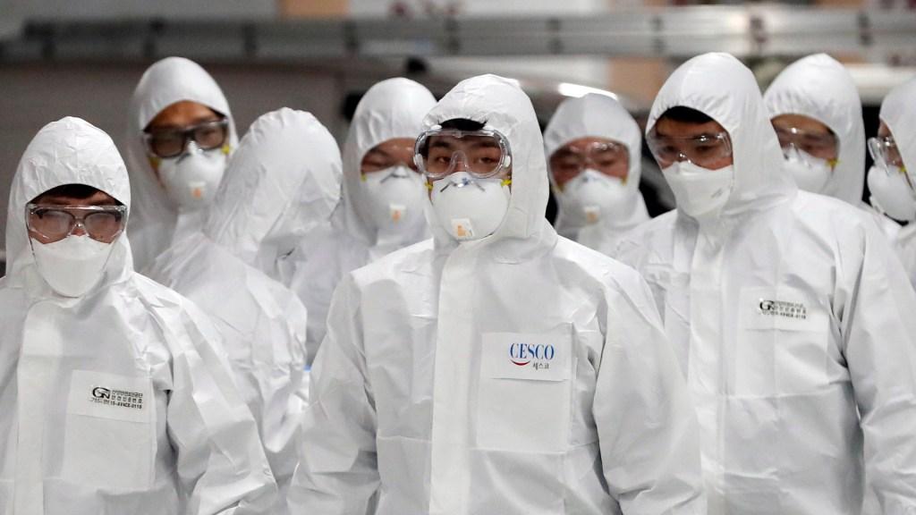 Trump elogia liderazgo de Xi Jinping contra el nuevo coronavirus - Personal sanitario que lucha contra el nuevo coronavirus. Foto de EFE