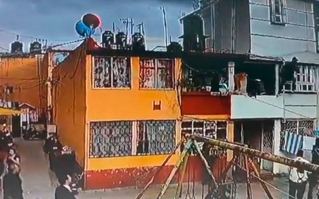 #Video Policías catearon de manera ilegal casa de 'El Lunares' - Policías afuera de vecindad, presunta propiedad de 'El lunares'. Captura de pantalla