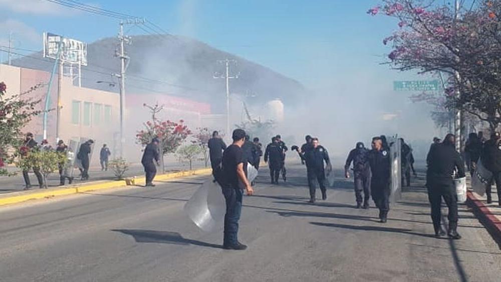#Video Normalistas y policías se enfrentan en Tuxtla Gutiérrez - Policías contra normalistas en Tuxtla Gutiérrez. Foto de @mariocastillo.30