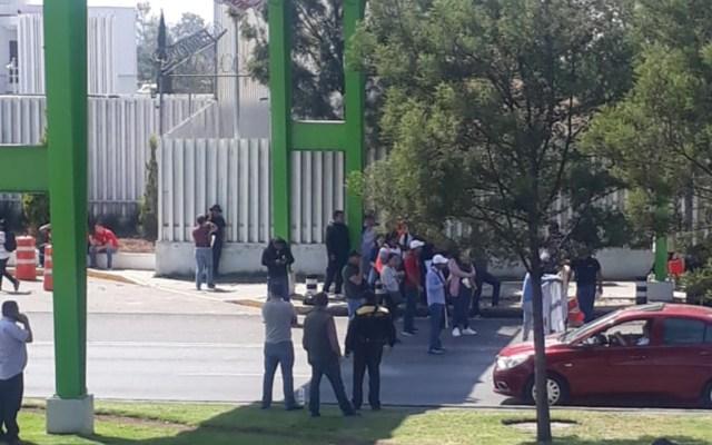 Expolicías federales bloquean Anillo Periférico - Foto de Vial Hermes