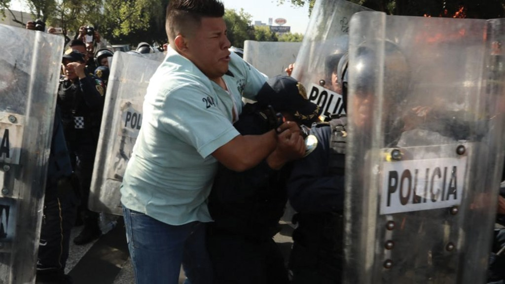 #Video Se enfrentan taxistas y policías en Buenavista; Insurgentes Norte está bloqueado - Foto de López-Dóriga Digital