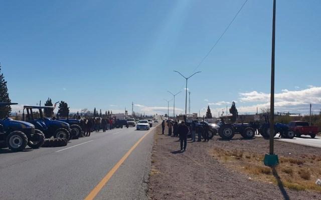 Reabren la carretera Chihuahua-Delicias tras un día de bloqueo - Productores agrícolas en la carretera Chihuahua-Delicias. Foto de @GN_Carreteras