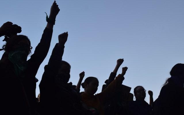 No vamos a usar la fuerza, dijo AMLO respecto a las marchas feministas - Integrantes diversos grupos feministas en la entrada de Palacio Nacional, para exigir respuesta ante los recientes casos de violencia a las mujeres. Ciudad de México. Foto de Notimex-Olivia Aviña.