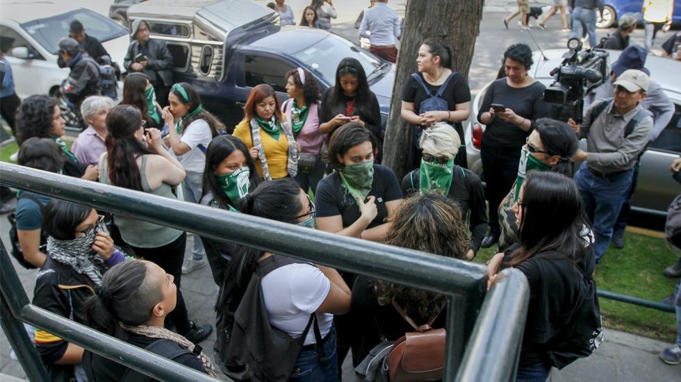 Feministas protestan por publicación de foto del cuerpo de Ingrid Escamilla - Protesta feminista afuera de periódico por publicación de fotos de Ingrid. Foto de Notimex