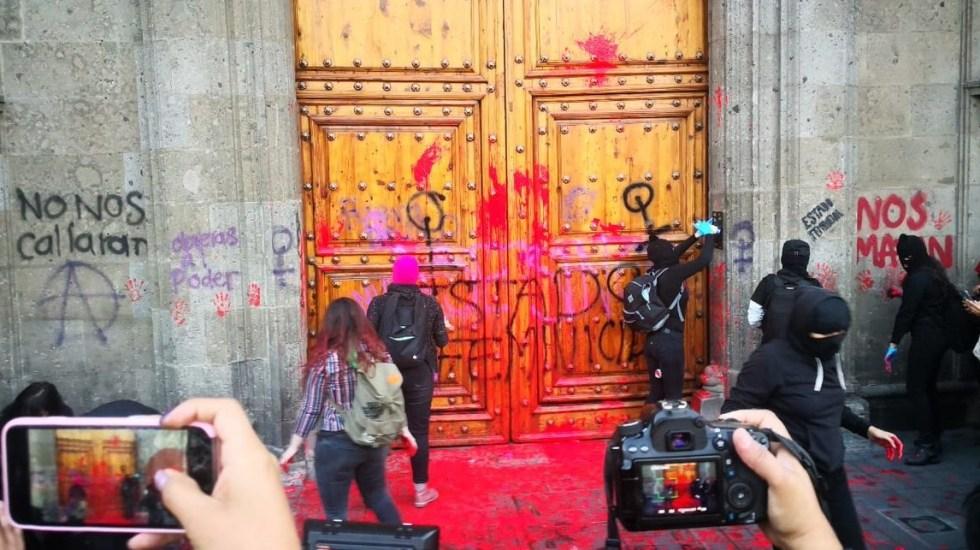 Protestan colectivos feministas en Palacio Nacional por feminicidios - Protestas de colectivos Feministas Palacio Nacional. Foto Especial.