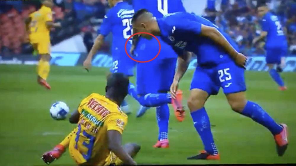 Roberto Alvarado niega haber escupido a Enner Valencia - Roberto Alvarado niega haber escupido a Enner Valencia
