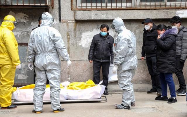 Filipinas confirma la primera muerte por coronavirus fuera de China - Servicio forense de Wuhan recoge cuerpo de una víctima por nuevo coronavirus. Foto de EFE