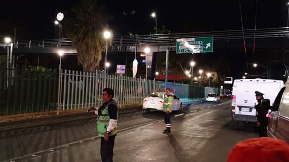 Hombre se suicida en puente peatonal de la Gustavo A. Madero - Servicios de emergencia en atención de presunto suicidio en puente peatonal de la GAM. Foto de @LNpoliciacasMXQ