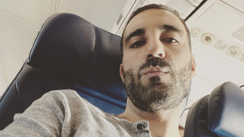 Desmiente #LordMeBajo acusaciones luego de abandonar avión donde viajaba AMLO