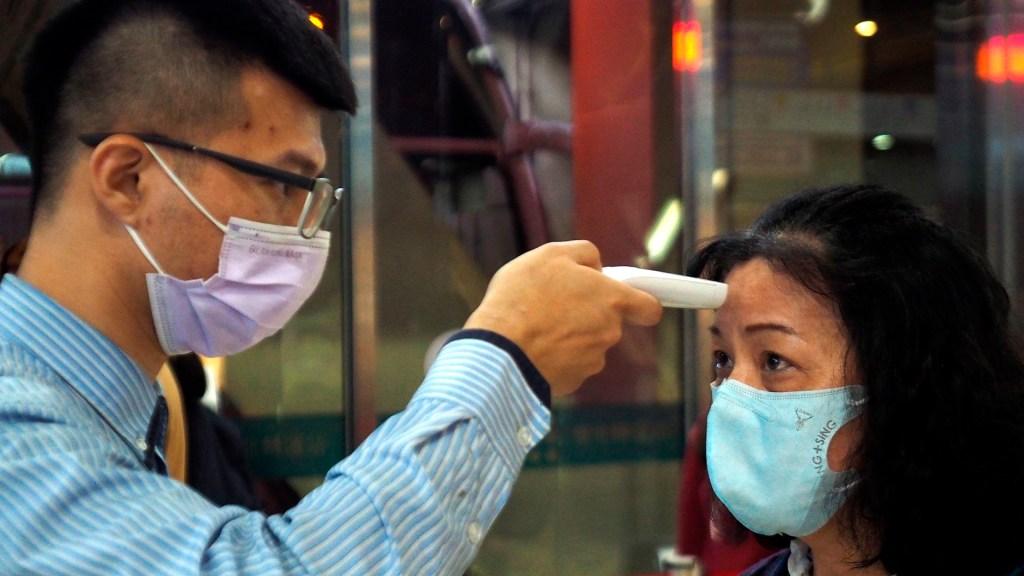 Comienzan las medidas drásticas para contener expansión del COVID-19 - Toma de temperatura para detectar síntomas de COVID-19
