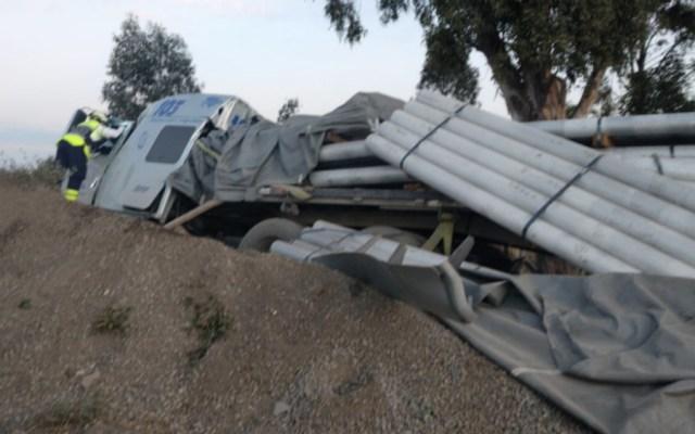 Muere conductor de tráiler tras chocar en rampa de emergencia en la México-Puebla - Foto de @Caasi201