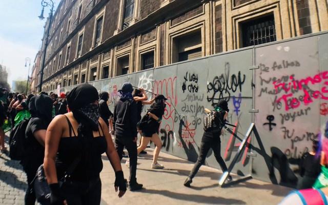 Vandalismo ensombrece megamarcha de mujeres en el Zócalo - Actos vandálicos en megamarcha de mujeres. Foto de López-Dóriga Digital