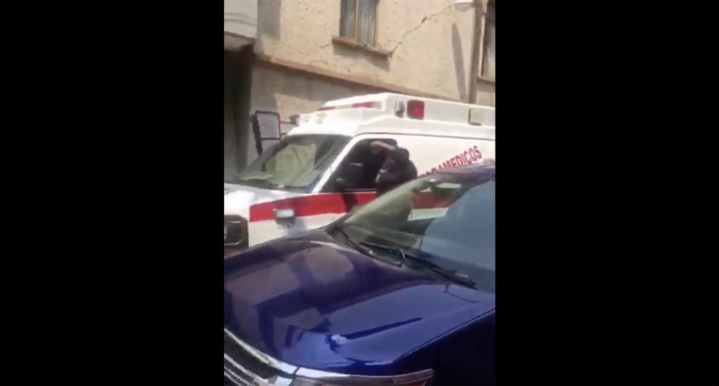 Conductor de ambulancia amenaza con ser familiar de miembro de 'La Unión' durante riña - Uno de los conductores amenazó con conocer al grupo delictivo La Unión; un policía de tránsito tuvo que separarlos