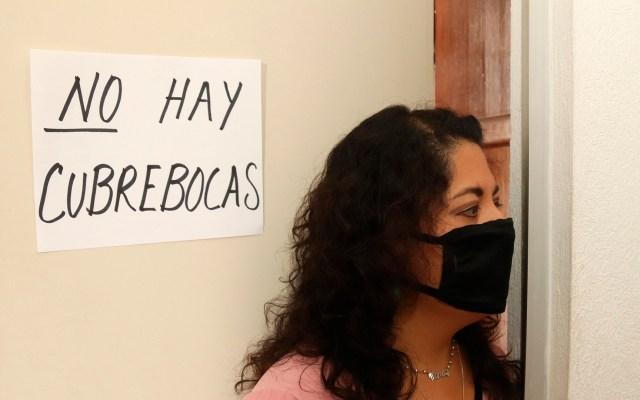 Escasez de cubrebocas y gel antibacterial en la capital afecta a 9 de 10 farmacias - Anuncio de escasez de cubrebocas en farmacia de México. Foto de EFE