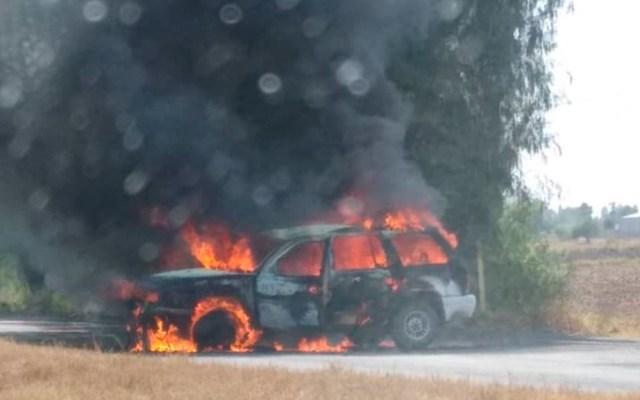 Criminales bloquearon vías con autos incendiados en Guanajuato - Auto incendiado en bloqueo carretero de Guanajuato. Foto Especial