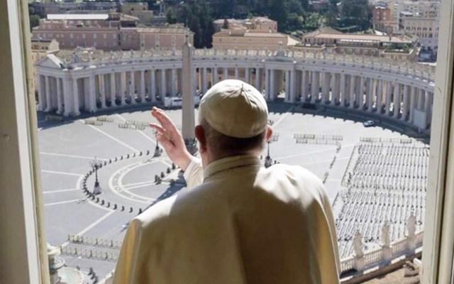 Papa Francisco da la bendición en una Plaza de San Pedro vacía - Bendición del papa Francisco con Plaza de San Pedro vacía. Foto de Vatican News