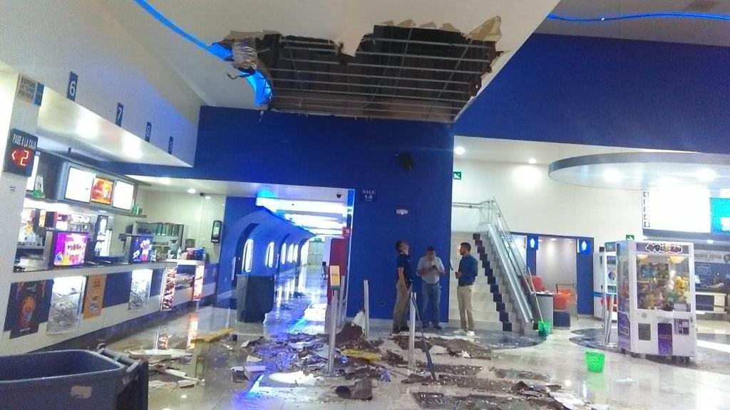 Granizo vence techo en cine de Ecatepec; hay 3 lesionadas - Caída de techo en zona de dulcería de cine en Ecatepec. Foto de @vialhermes